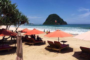 Wisata Banyuwangi Pulau Merah Payung Pantai